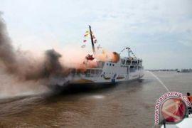 Beberapa Kapal Bantu Evakuasi Penumpang KM Satya Kencana Yang Terbakar