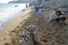 Pelaku Wisata Ajak Tamu Asing Bersihkan Pantai Lahilote