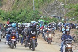 Puluhan Warga Memaksa Naik Truk Logistik Ke Gorontalo