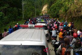 Ribuan Warga Antre BBM Di SPBU Ampibabo