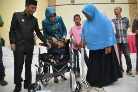Pemkab Serahkan Bantuan Kursi Roda Penyandang Disabilitas