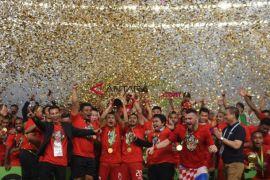 Pendukung Persija Nyalakan Suar Di Luar Stadion