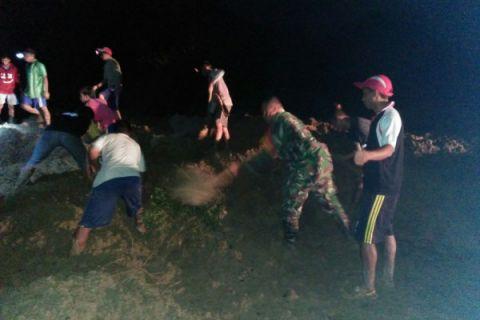 TNI Dibantu Warga Bersihkan Material Longsor
