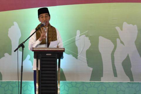 Ulama Madura Sematkan Sorban Tanda Dukungan Kepada Jokowi