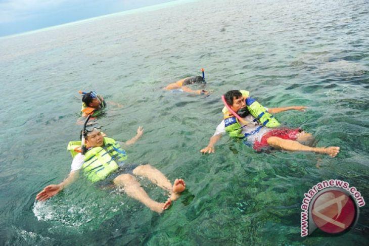 Pantai Botutonuo Dipadati Pengunjung