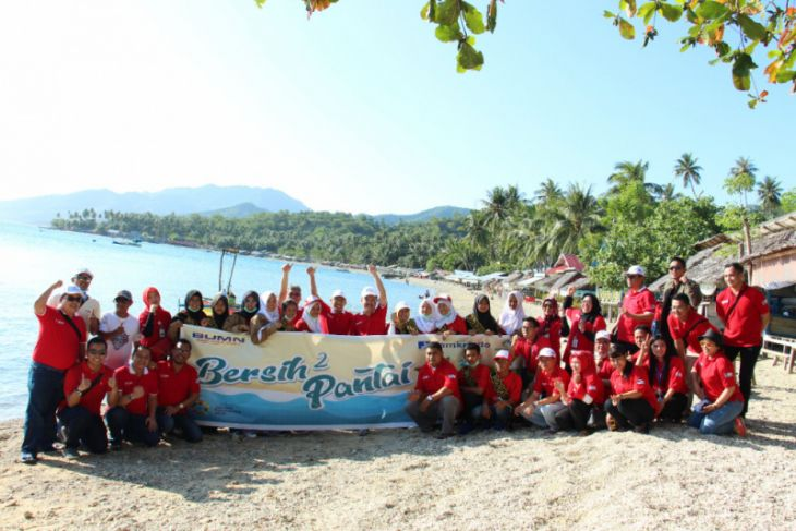 BUMN Hadir - Jamkrindo-Perumnas Bersihkan Pantai Lokasi Hiu Paus