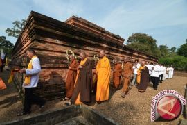 Seratusan umat Buddha ritual di Candi Muarojambi