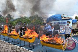 Miliaran rupiah barang selundupan dimusnahkan