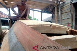 Pengrajin perahu kayu Jambi berharap bantuan modal