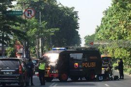 Saksi: mobil pelaku bom Surabaya masuk halaman gereja