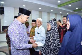 Wali Kota Fasha berikan insentif kepada petugas syara