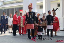 Presiden kenakan busana adat Aceh dalam upacara perayaan HUT ke-73 RI