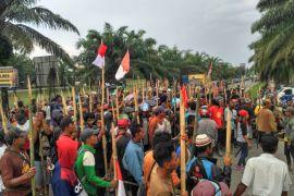 Massa SMB minta polisi bebaskan warga  yang ditahan