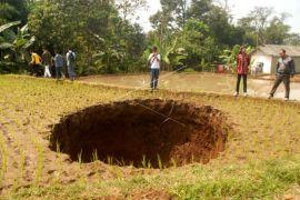 Ada lubang misterius tengah sawah di Sukabumi