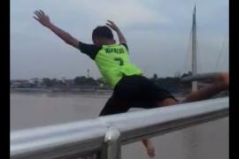 Pengunjung ngeri menyaksikan bocah berloncatan dari jembatan Gentala
