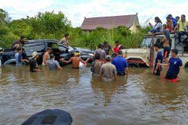 Tim gabungan evakuasi mobil Camat Jangkat Timur