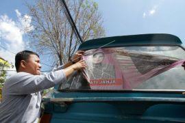 Penertiban alat peraga kampanye di kaca kendaraan umum