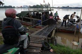 Jasa penyeberangan motor Sungai Batanghari