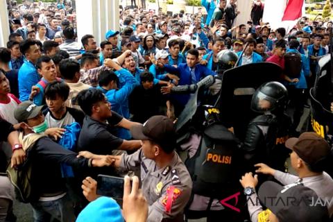 Mahasiswa dan polisi terlibat bentrok dalam unjuk rasa di Jambi  (video)