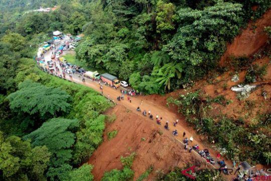 Jalur Padang - Solok tertimbun longsor