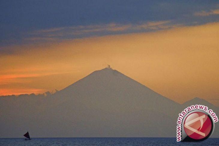 Gunung Agung kembali erupsi saat berstatus siaga