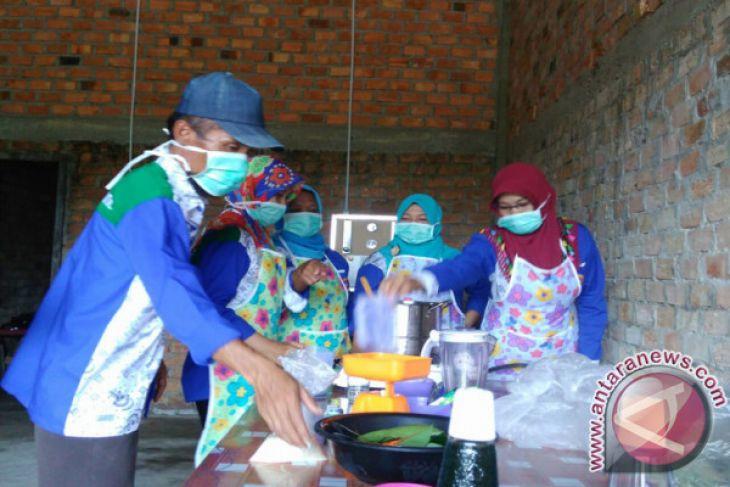 Pengrajin Kumpeh produksi minuman berbahan daun sirsak (Video)