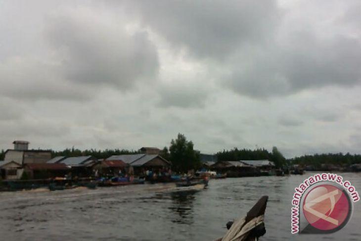 Perahu Pompong Adu Cepat Di Air Hitam