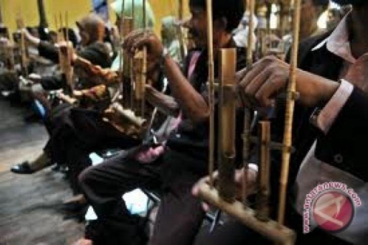 Musik Angklung meriahkan