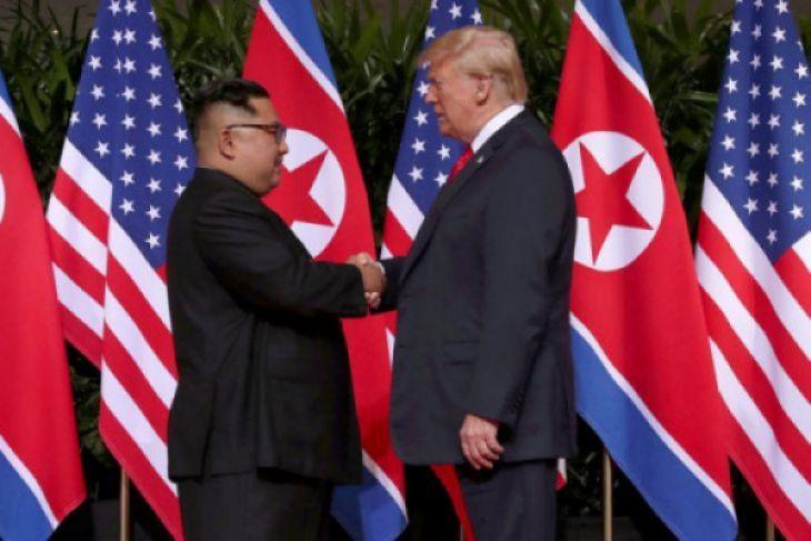 Donald Trump dan Kim Jong Un akhirnya berjabat tangan