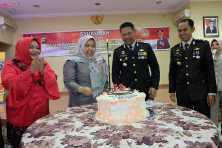 Bupati Masnah potong kue ulang tahun kepolisian