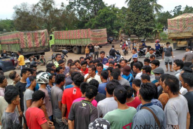 Sopir angkutan batu bara gelar aksi demo