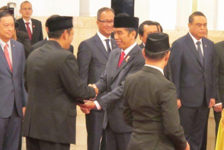 Jokowi beri gelar pahlawan kepada enam tokoh