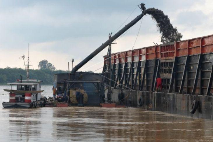 Aktivitas penambangan pasir di Sungai Batanghari