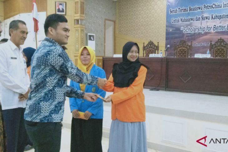 SKK Migas-PetroChina salurkan beasiswa di Tanjab Barat
