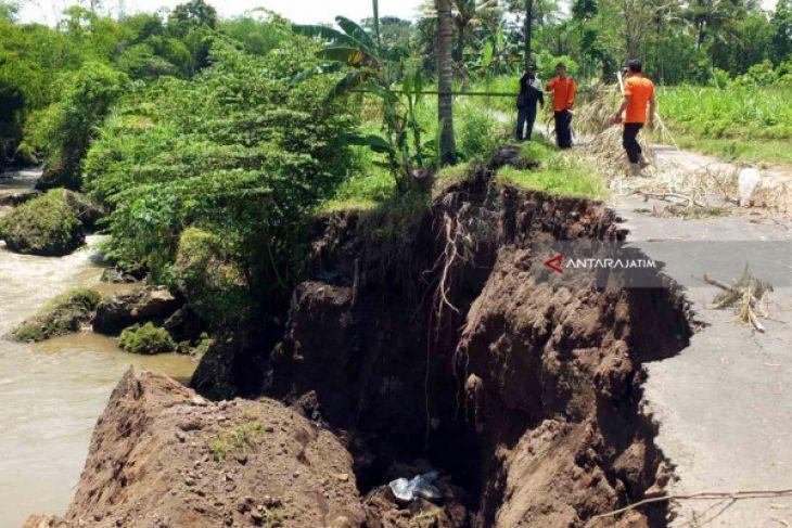 Jalan Penghubung Dua Desa di Jember Ambles Akibat Longsor (Video)
