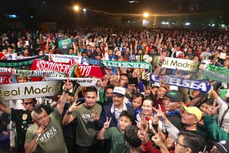 Nonton Bareng Ribuan Warga, Gus Ipul Komitmen Jaga Persaudaraan Suporter (Video)
