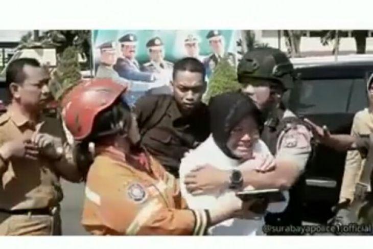 Tangisan Risma Kuatkan 'Arek-Arek Suroboyo' Hadapi Terorisme