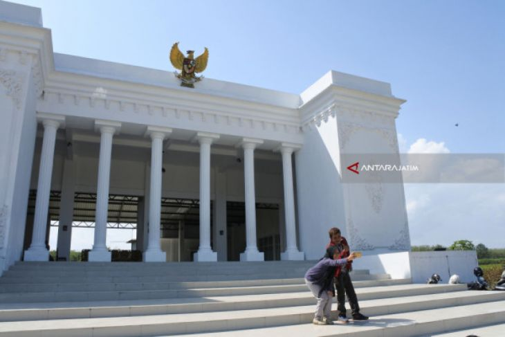 Asyiknya Swafoto di Kantor Desa Ala Istana Merdeka di Jember (Video)