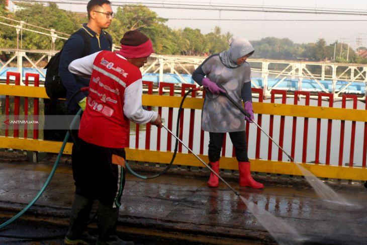 Risma Pimpin Pengecetan Trotoar Surabaya Sambut HUT RI