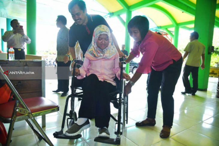 Pemkot Surabaya Beri Bantuan  Kursi Roda Penerima Beasiswa Generasi Emas