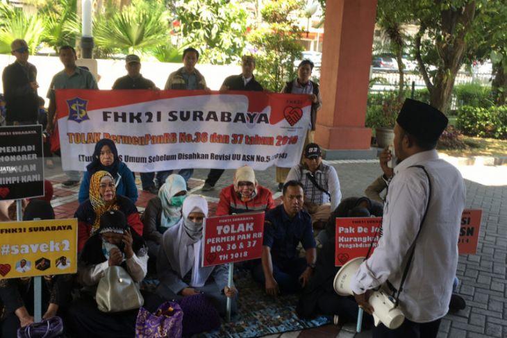 Ratusan Tenaga Honorer K2 Surabaya Protes Seleksi CPNS