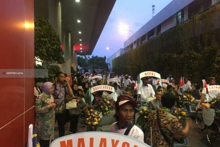 Ratusan Peserta UCLG-Aspac Diarak Naik Becak dan Perahu di Surabaya (Video)