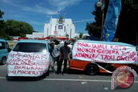Ratusan Sopir Angkot Cirebon Mogok Beroperasi