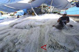 Gelombang tinggi, nelayan pilih perbaiki alat tangkap
