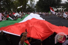 Massa Bentangkan Bendera Palestina Raksasa di Bandung