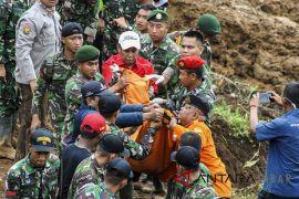 Evakuasi Korban Longsor Cijeruk Bogor