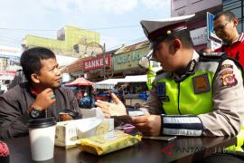 Polisi ajak pelanggar lalu lintas minum kopi