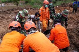 Basarnas temukan korban longsor di Bandung Barat