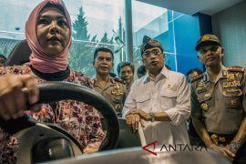 Menhub Tinjau Pembuatan SIM A di Bandung