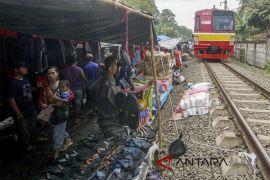 Pasar Pinggir Rel Kereta